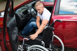 Rollstuhlfahrer im Auto