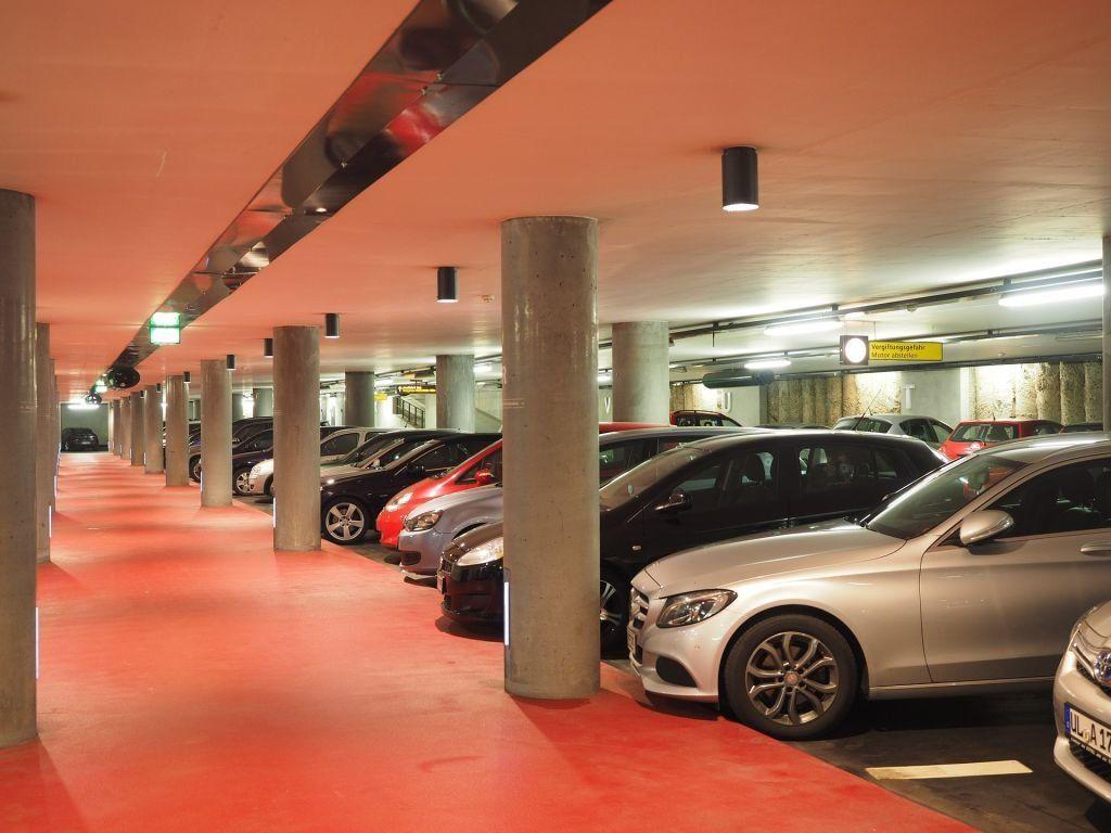 Viel Platz und überdacht: Für ein vergleichbares Parkhaus in der Nähe der Flughafen-Terminals werden teilweise dreistellige Beträge für eine Woche fällig. Foto: Pixabay